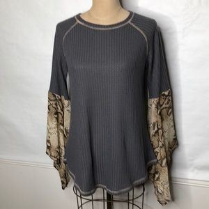 Rain thermal shirt with snake print bell sleeves